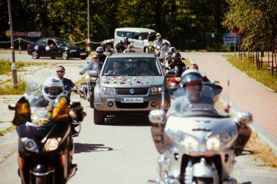 ślub międzynarodowy, Gang motocyklowy prowadzi weselników