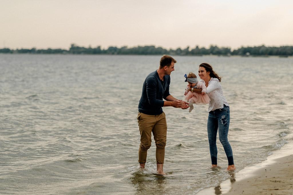 Lifestylowa sesja rodzinna nad jeziorem Tarnobrzeskim – Mateusz i Zuzanna. W swojej pracy najbardziej cenie brak nudy. Decydując się na współpracę z młodymi ludźmi, którzy pragną mieć w swoim albumie rodzinnym, piękne zdjęcia plenerowe