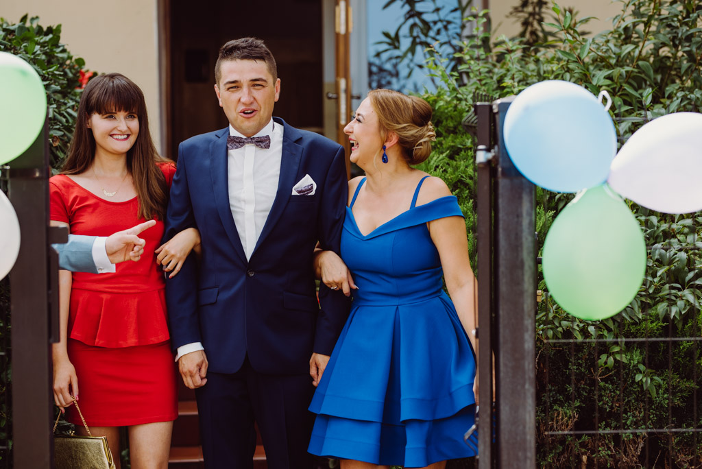 piekne panny prowadza pieknego ksiecia do swojej wybranki, flisacka gmina, flisacy na slubie i weselu w nisku, fotograf na slub stalowa wola, fotograf slubny krakow