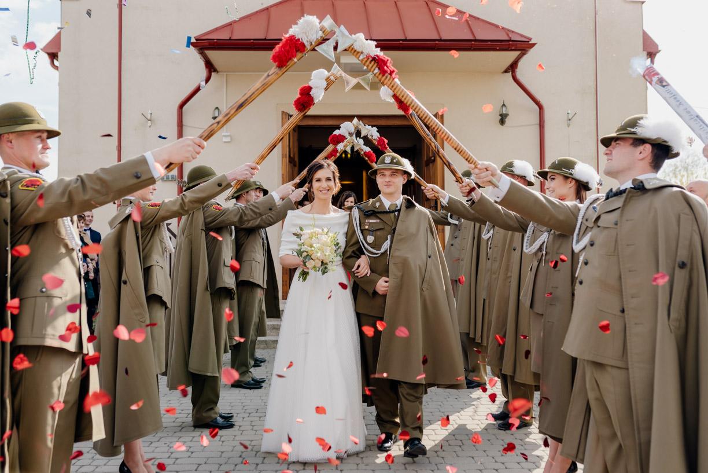 szpaler, suknia ślubna, detale ślubne, wojskowe wesele
