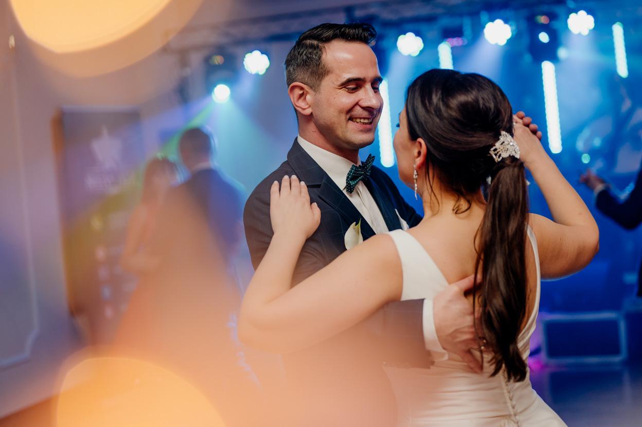 uśmiechy młodej pary, taniec nowożeńców