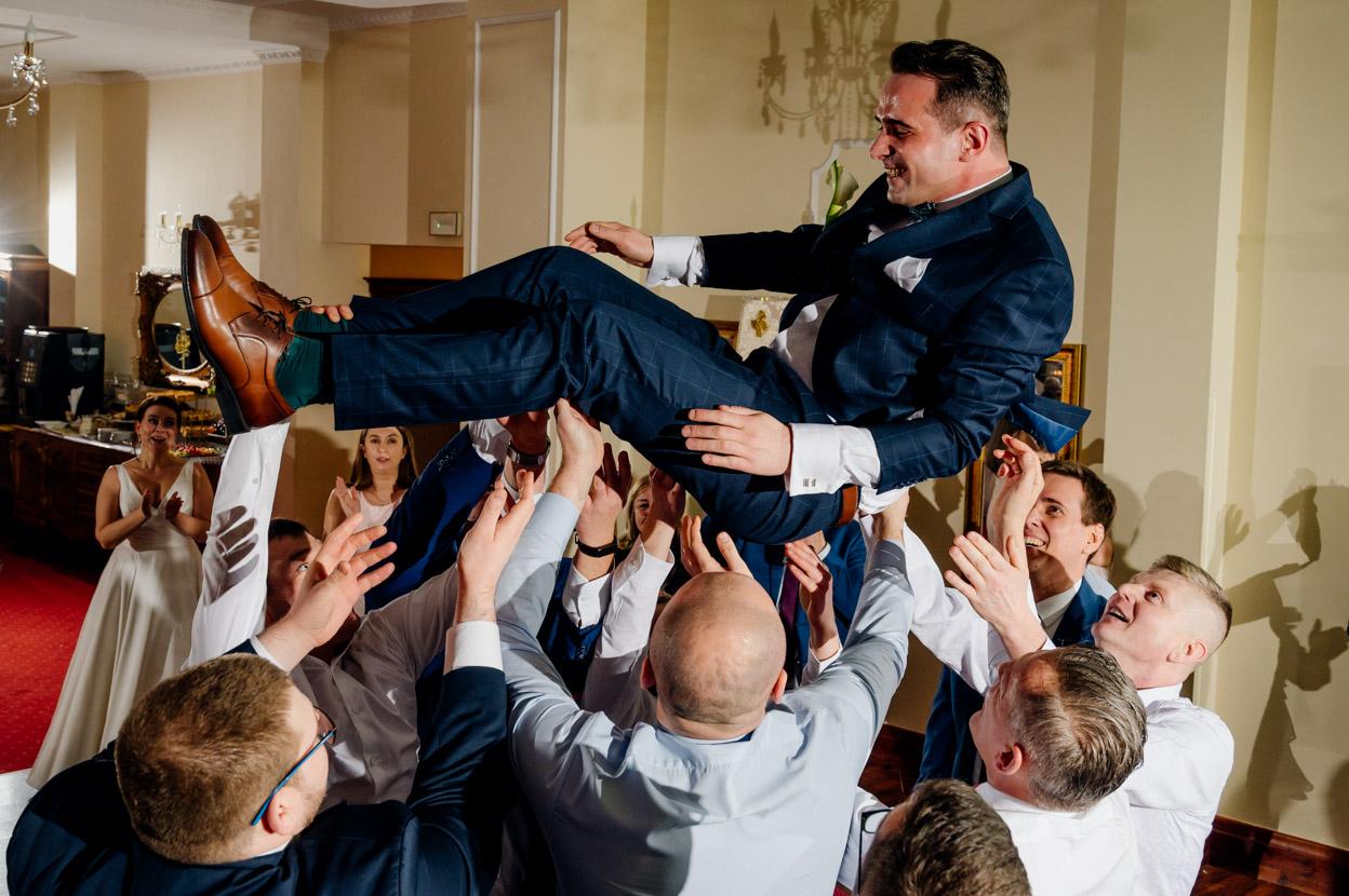 zabawa weselna, sala weselna warszawa, podrzucanie pana młodego