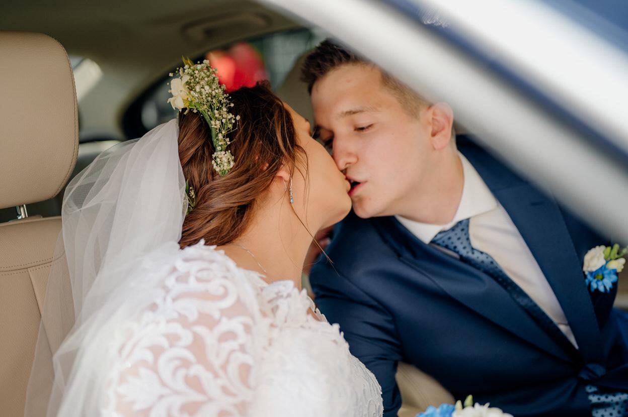 pocałunek młodej pary