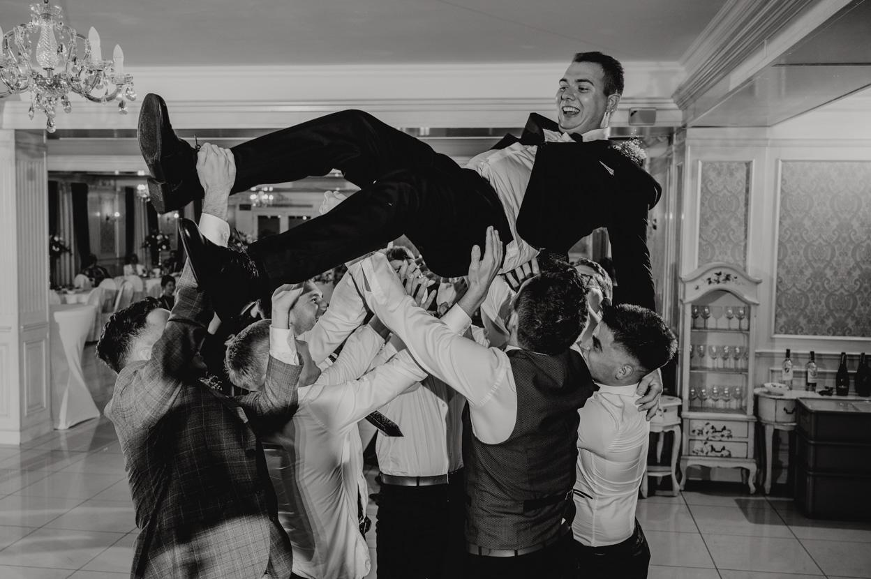 fotograf ślubny sandomierz, podrzucanie pana młodego