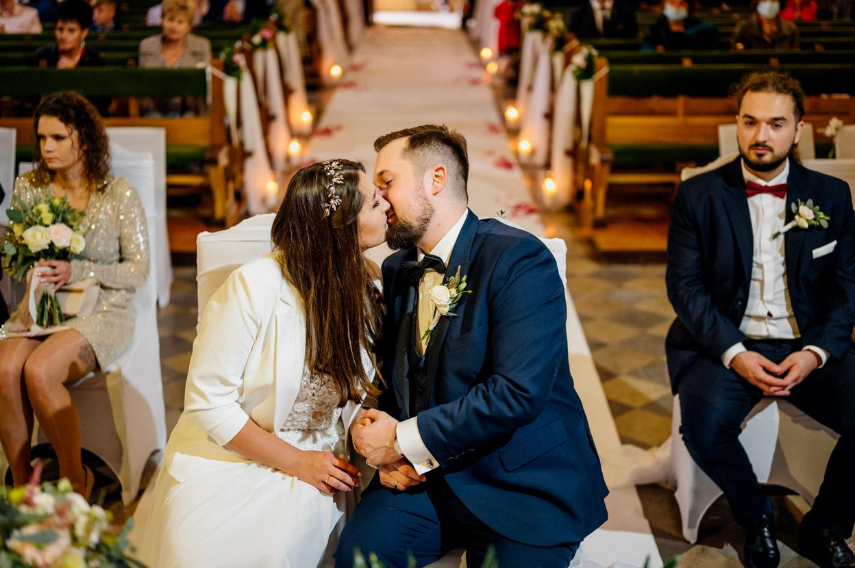 fotograf ślubny kielce, fotograf na ślub kielce, fotografia ślubna kielce, pocałunek w kościele