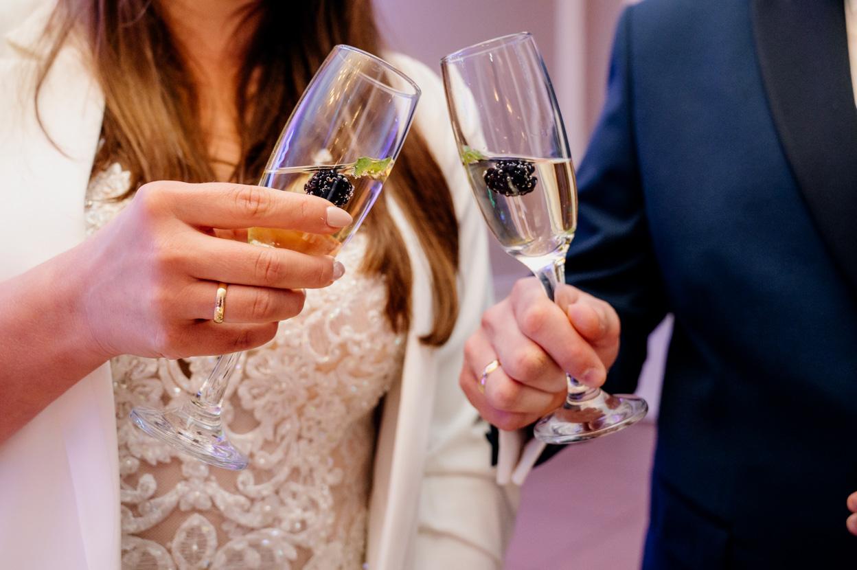 fotograf ślubny kielce, toast pary mlodej, dworek binkowski