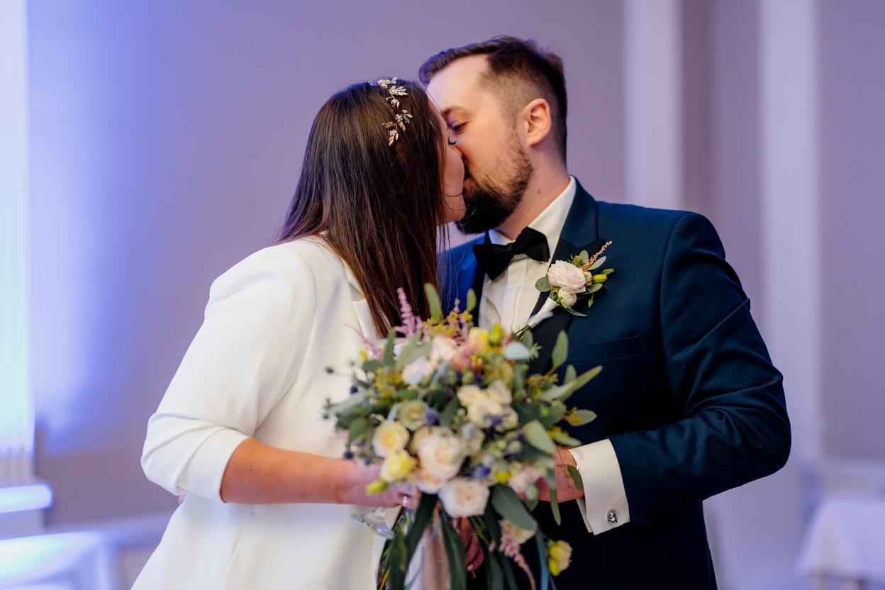 fotograf ślubny kielce, fotograf na ślub kielce, pocałunek pary młodej