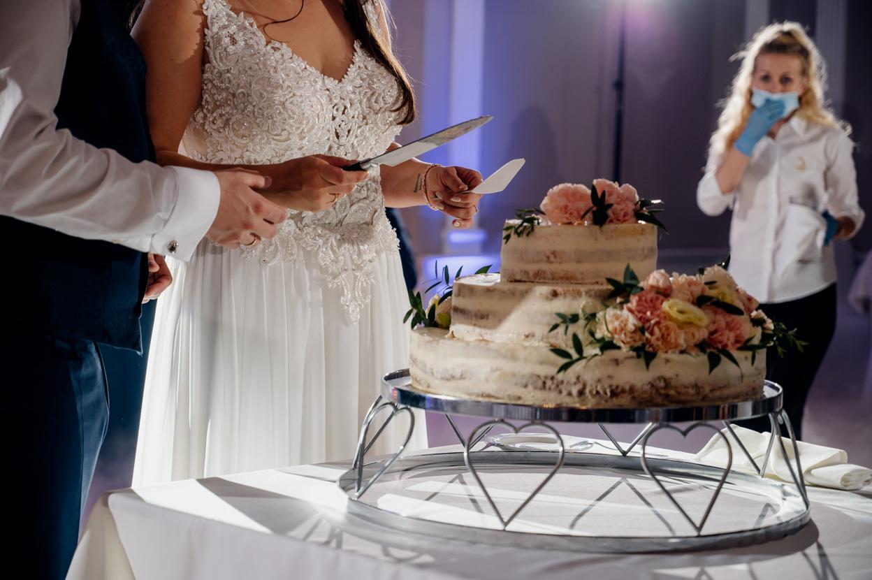 krojenie tortu weselnego, fotograf na slub kielce, fotograf ślubny kielce
