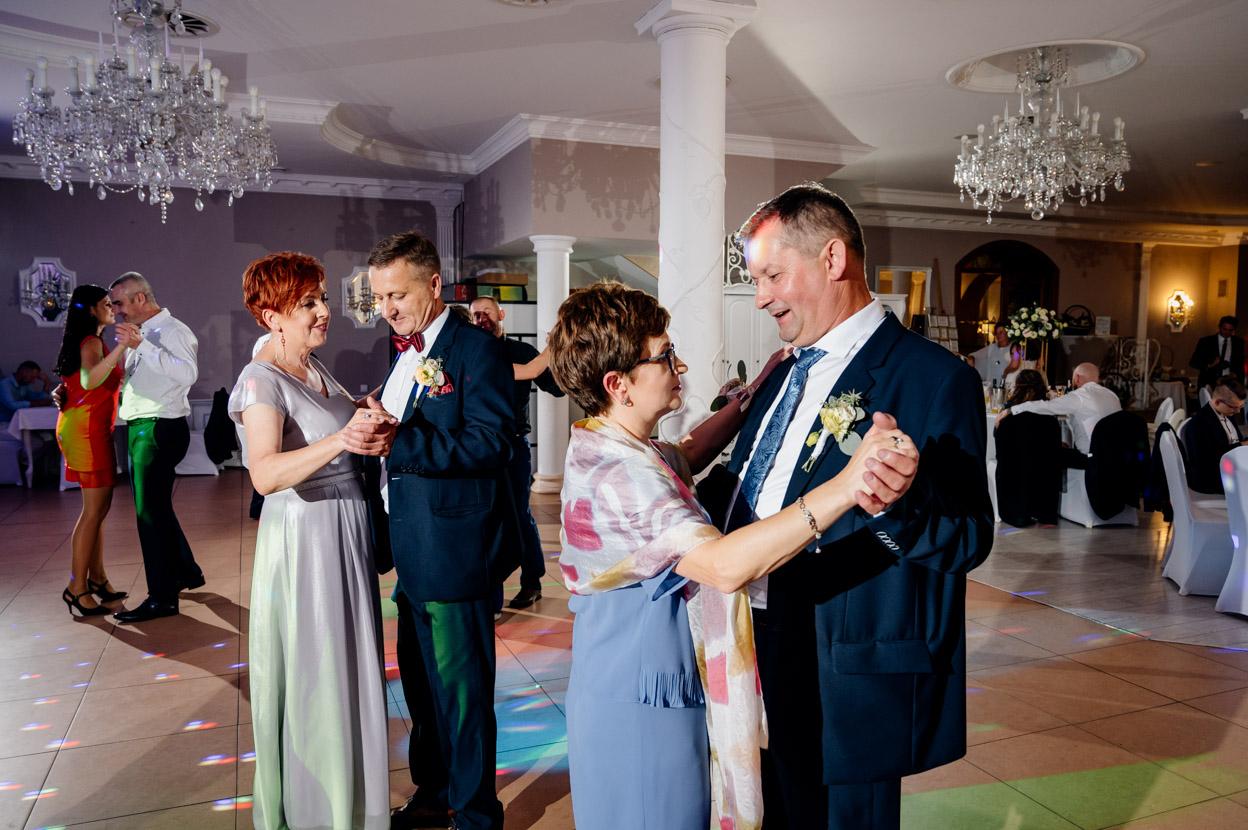 zabawa weselna, fotografia ślubna kielce, fotograf kielce, dworek binkowski, taniec rodziców pary młodej