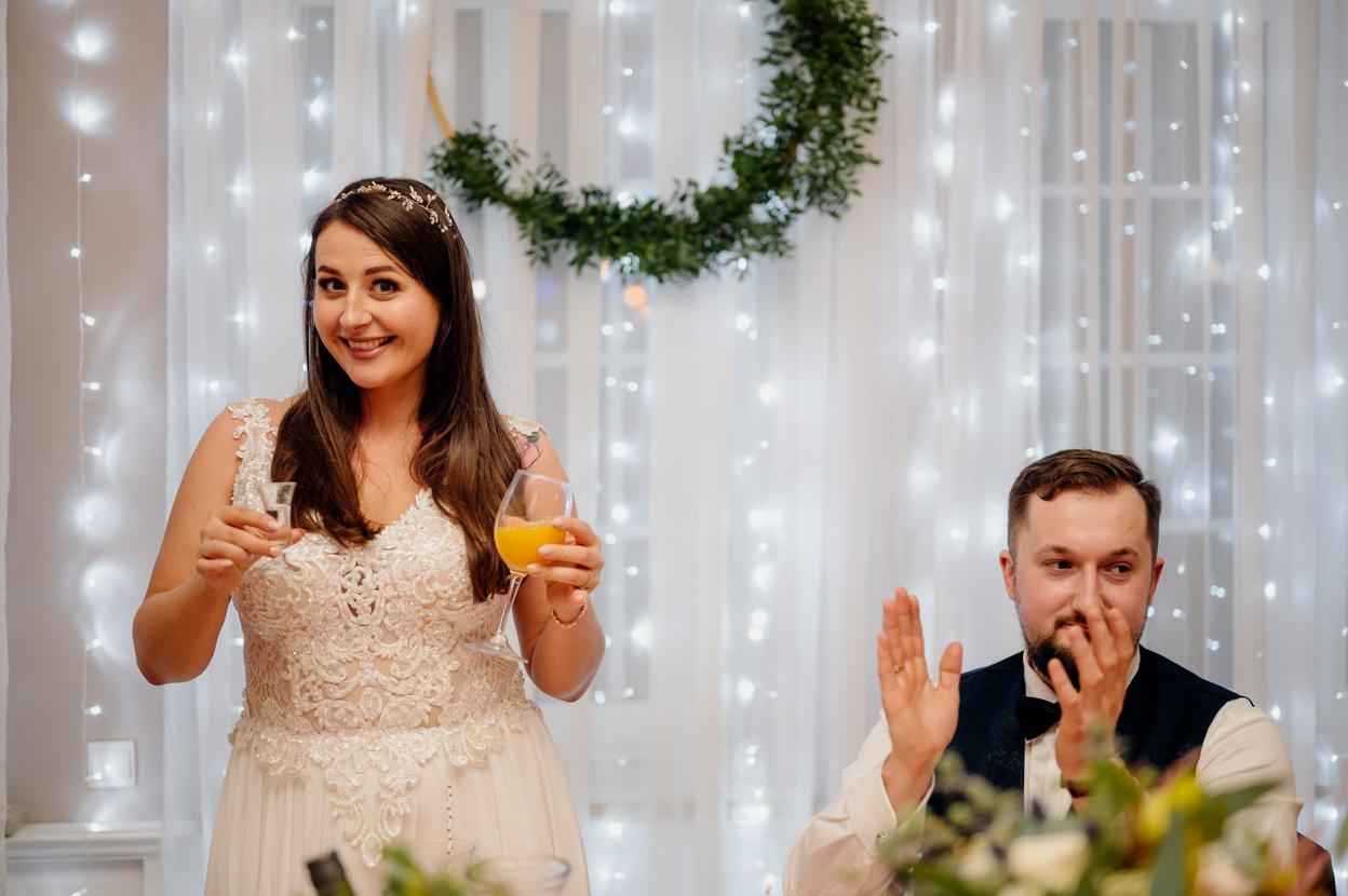 zabawa weselna, fotografia ślubna kielce, fotograf kielce, dworek binkowski, toast pani młodej