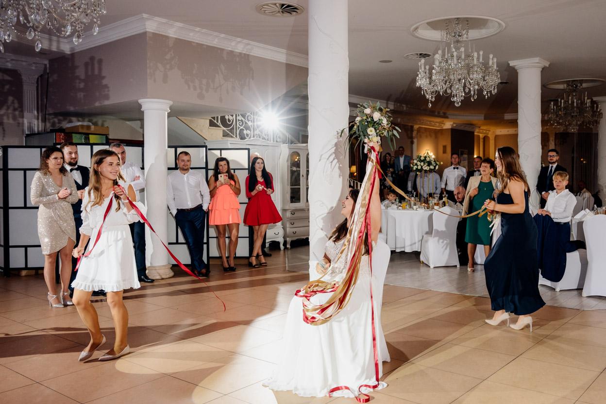 zabawa weselna, fotografia ślubna kielce, fotograf kielce, dworek binkowski, oczepiny